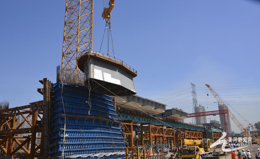 18米,项目部采用目前亚洲最大的上回转式塔式起重机d5200塔吊吊装.