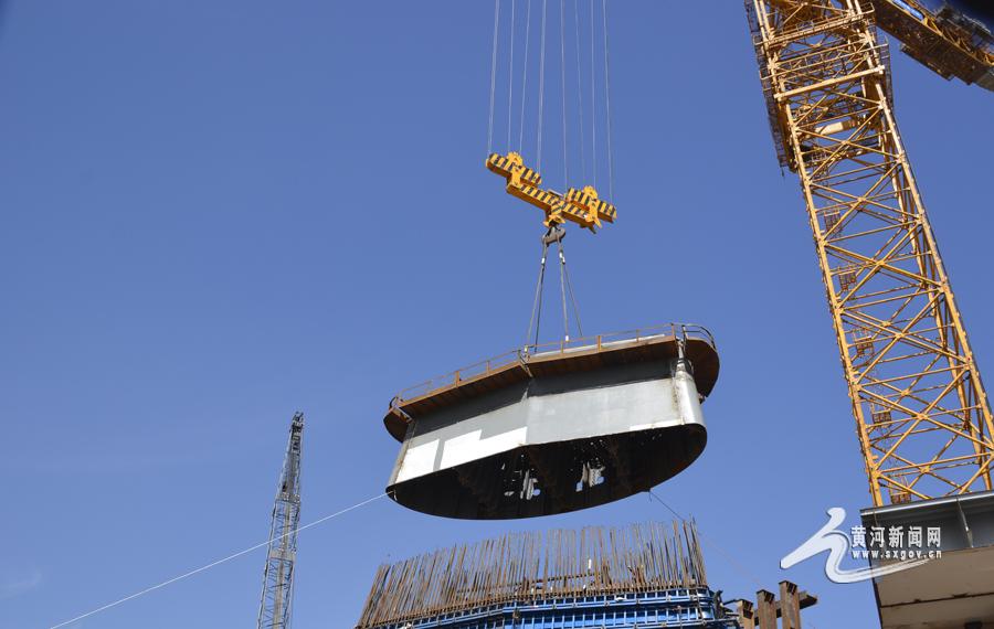 18米,项目部采用目前亚洲最大的上回转式塔式起重机d5200塔吊