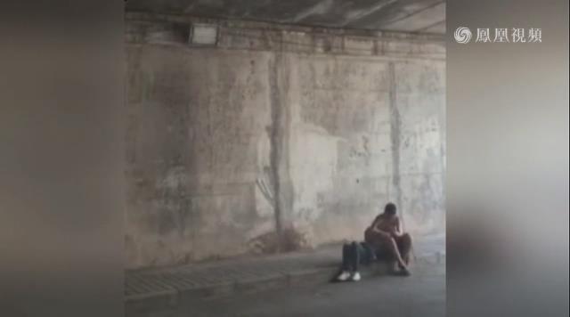 女生隧道花式热吻女孩躺男生任其乱摸乱搓怀中男女什么最喜欢图片