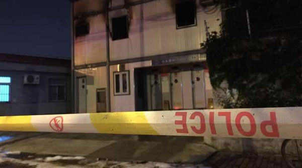 沪殷高西路一两层建筑起火 居民:有人两楼跳下逃生