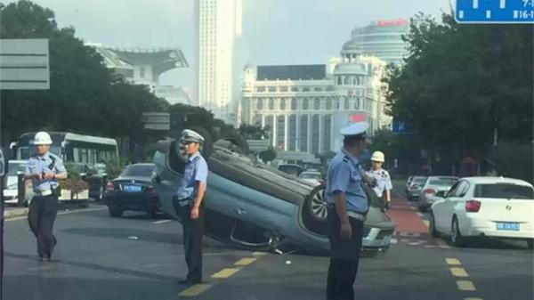 """沪西藏路今晨两车相撞一车""""四脚朝天"""" 幸无人伤"""