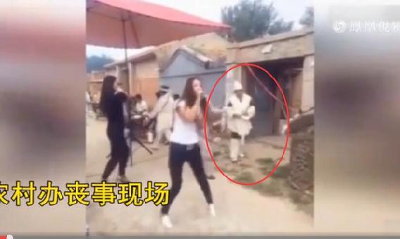农村大棚裸舞表演_美女 高歌 艳舞!农村丧事竟然可以这么嗨?