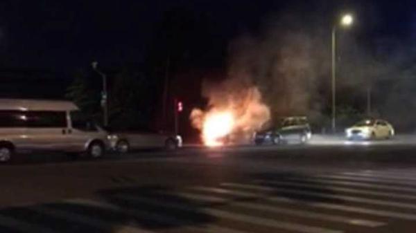 沪金山一轿车车头自燃 两台消防车赶赴现场扑救