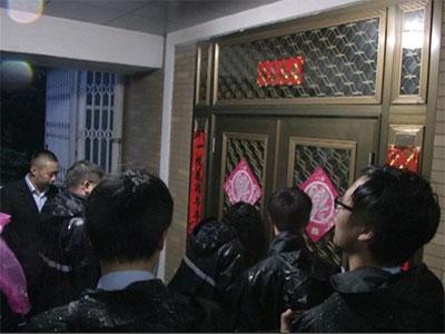 """""""老赖""""三兄弟欠款两亿 法院深夜突袭强制执行"""