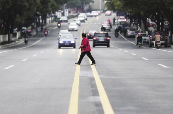 周家嘴路一八旬老人横穿马路被保时捷撞上不治身亡