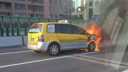 沪延安路高架一强生出租车起火 道路通行受影响