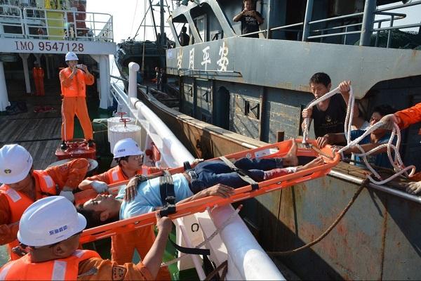 """一木质船机器故障 """"东海救113""""营救24名遇险人员"""