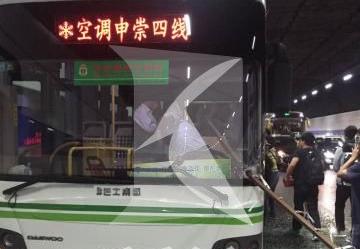 长江隧道内一钢管直插公交车前挡风玻璃 司机受伤