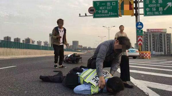 男子驾摩托车闯高架撞倒民警 市民维持秩序避免二次伤害