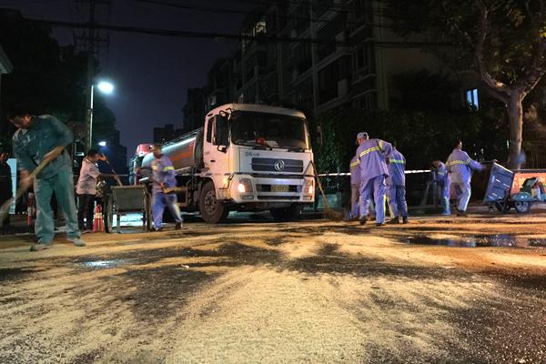 沪眉州路油罐车燃油泄漏 救援力量喷沫撒沙防爆燃