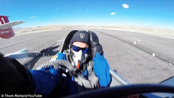 美国特技飞行员比赛时飞机引擎出现故障