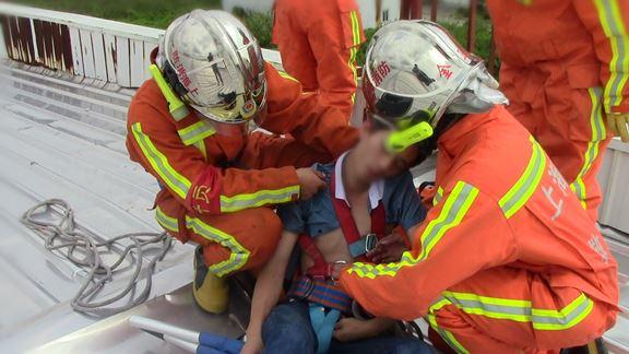 沪一男子欲轻生体力不支晕倒 消防24米高空将其救下