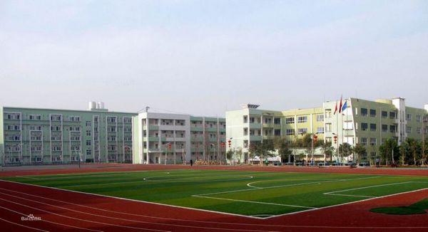 与学校为邻