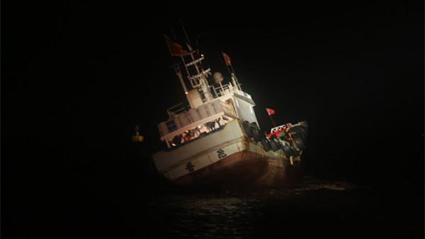 今晨一渔船长江口航道水域搁浅 11名遇险人员全部获救