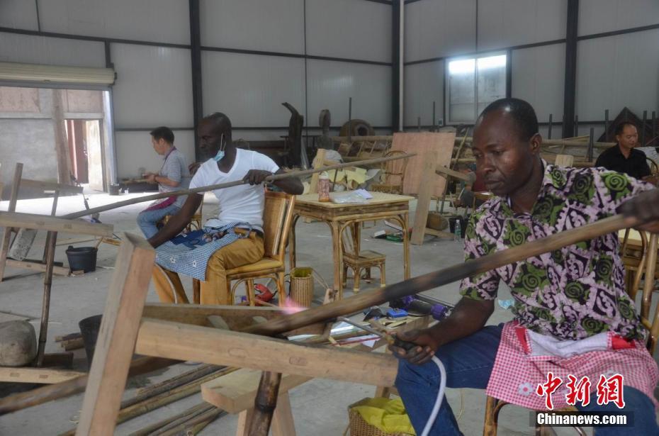 非洲学员学竹编 每人能独立制作竹灯笼