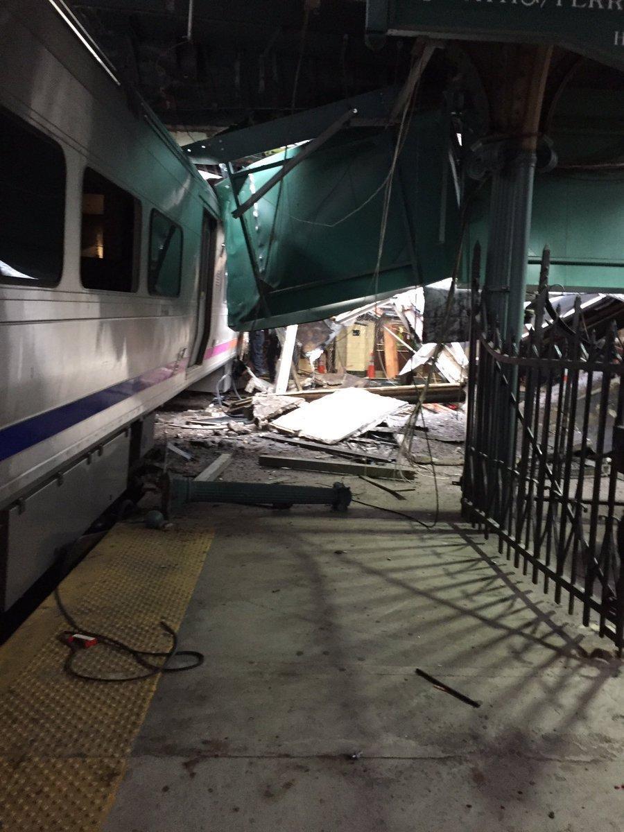 美国一火车撞向月台 致100余人受伤