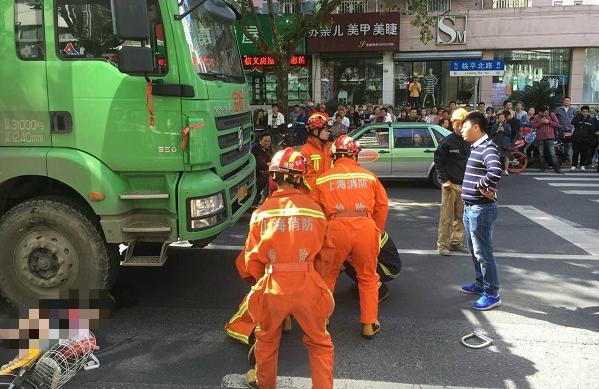 上海临平北路一女子被卷入土方车下身亡