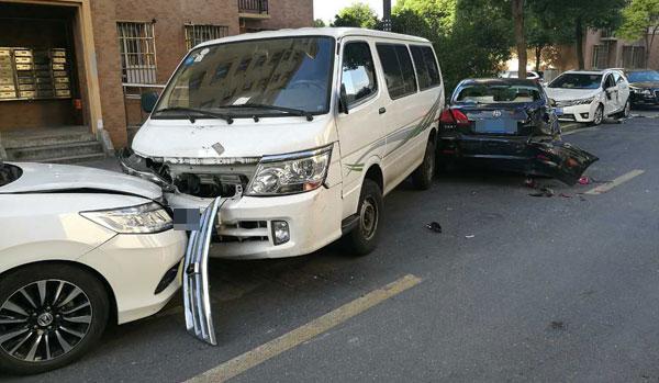 男子凌晨酒驾集卡冲入沪浦东一小区撞损17车 幸无人伤