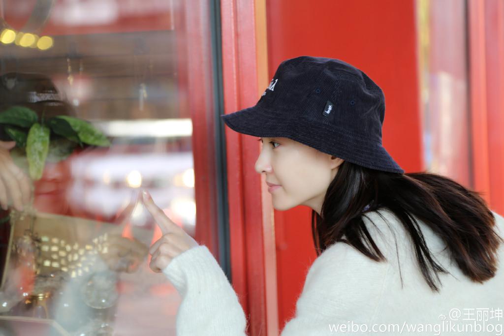 王丽坤深夜晒幸福 手捧冰淇淋全素颜自拍心情美