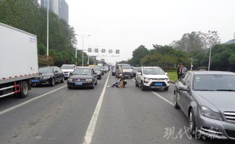 """镇江一女生车流中""""横冲直撞"""" 过马路被撞成重伤"""