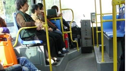 女子公交车内晕厥  640路驾驶员送院又看望