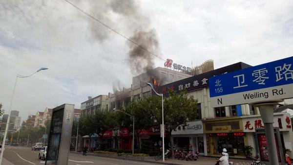上海金山一美食广场突发火灾 无人员伤亡