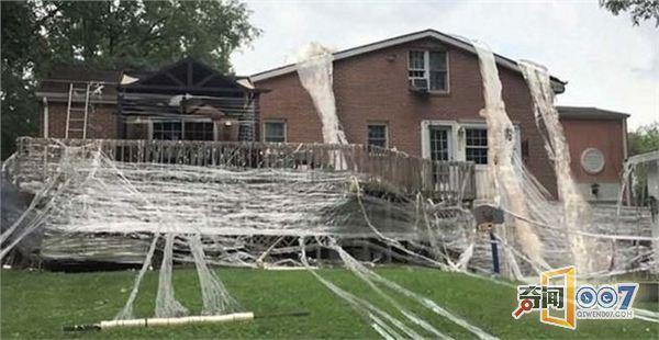 奇葩男子用上千卷胶带将父母的房子缠起来