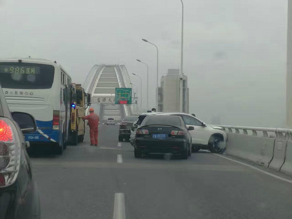 上海今晨连发多起车祸 致一死一伤