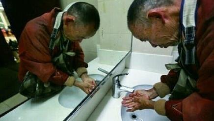 杭州图书馆允许拾荒者入内阅读,有市民无法接受,你怎么看?
