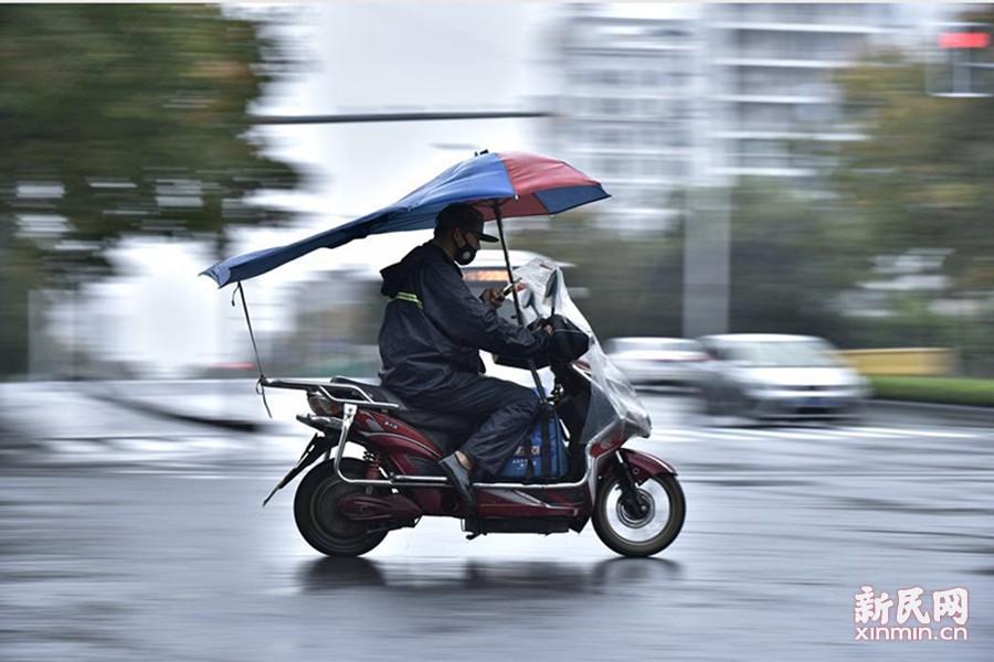"""受到今年第22号台风""""海马""""外围东风气流的影响,上海出现明显降水,今天一整天都将是阴有阵雨,北部地区累积雨量可达大雨程度。这是一个一直被忽视的群体,但他们却天天风雨无阻,当你动一动手指,下单、享用美味的午餐外卖时,你是否看到过风雨中的外卖员是如何工作的。新民晚报新民网记者风雨中走上街头,为你记录下风雨里的外卖小哥。同时,请您在拿外卖的时候对他们说一句:谢谢,辛苦了。文/新民晚报新民网见习记者俞金旻 图/新民晚报大学版实习记者 华明杰"""