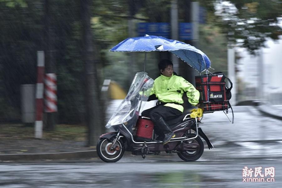 """受到今年第22号台风""""海马""""外围东风气流的影响,上海出现明显降水,今天一整天都将是阴有阵雨,北部地区累积雨量可达大雨程度。这是一个一直被忽视的群体,但他们却天天风雨无阻,当你动一动手指,下单、享用美味的午餐外卖时,你是否看到过风雨中的外卖员是如何工作的。新民晚报新民网记者风雨中走上街头,为你记录下风雨里的外卖小哥。同时,请您在拿外卖的时候对他们说一句:谢谢,辛苦了。 文/新民晚报新民网见习记者俞金旻 图/新民晚报大学版实习记者 华明杰"""