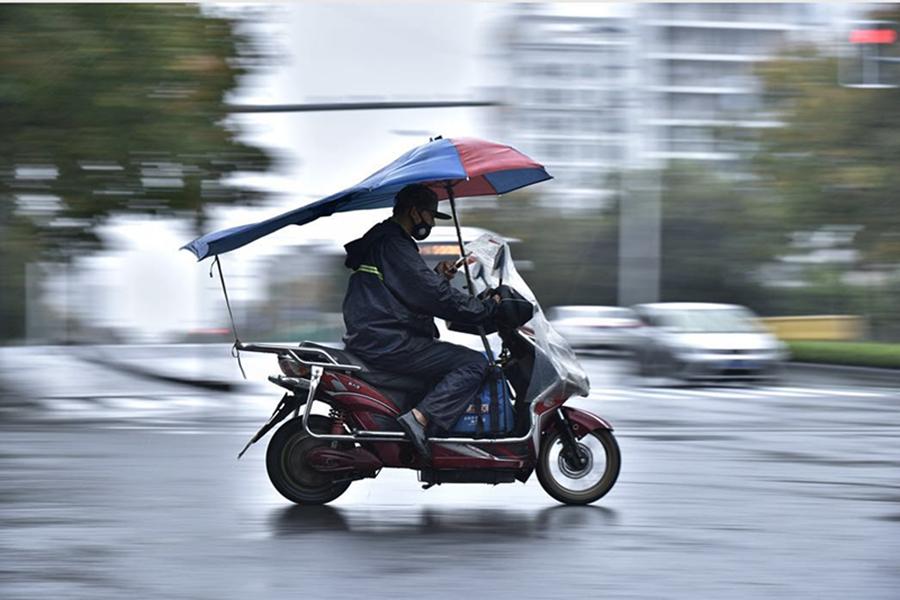 高速拍摄:风雨里的外卖小哥