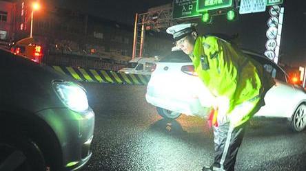 杨浦交警开始整治滥用远光灯 违规使用灯光记1分罚50元