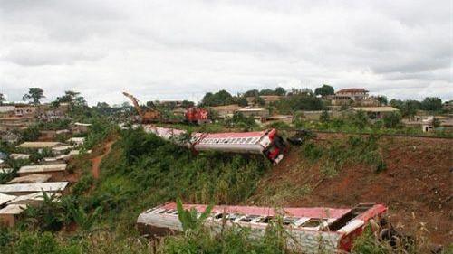 喀麦隆火车脱轨事故已致53死300人伤 曾临时增一倍运力