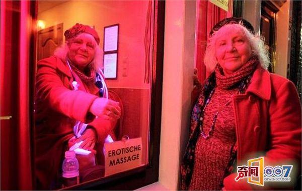 图为:两姐妹站在红灯区等待客户.