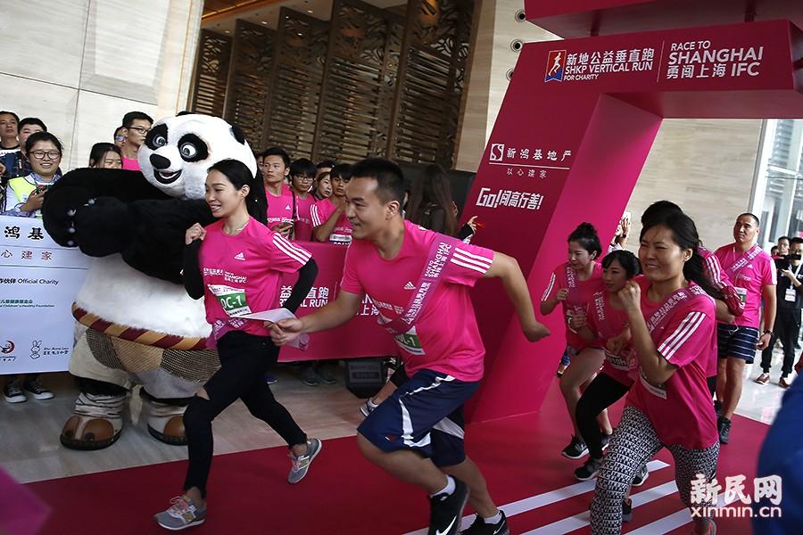 可爱的功夫熊猫阿宝正在为选手加油,这些身穿红色运动服参赛的大多是都市白领。今年新增的双人体验赛希望参赛者与爱人或亲友一起参加慈善赛事。新民晚报新民网 萧君玮 摄