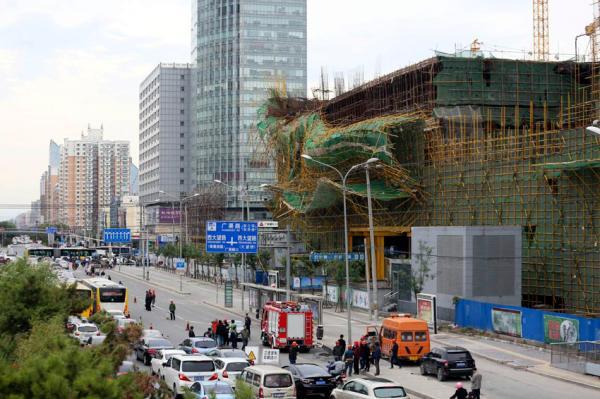 北京脚手架坍塌致2人受伤多车受损  工地负责人:自然灾害