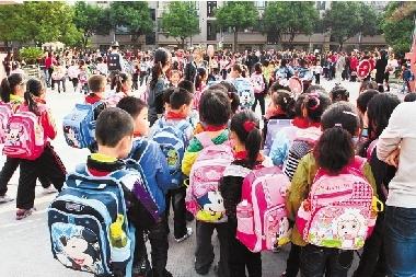 沪女白领1.8万元卖全上海学生名单,获刑8个月,你怎么看?