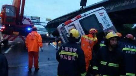 沪S1高速今晨单车侧翻2人高架坠亡  另2人抢救无效身亡