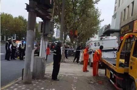 上海杨浦区一辆运钞车掉坑里 现场已封锁