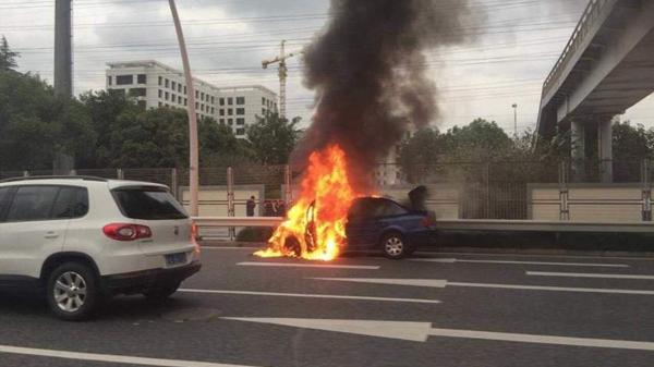 上海中环漕宝路出口附近一车辆起火 幸无人伤亡