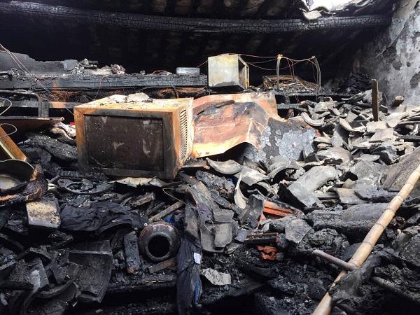 黄浦梦花街凌晨突发火灾 起火房间楼顶被烧穿