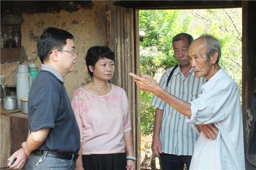 厦门市侨联副主席邓飚走访慰问孤寡归侨
