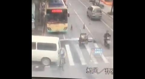 青浦一女司机倒车不打喇叭 直接碾压骑车男子