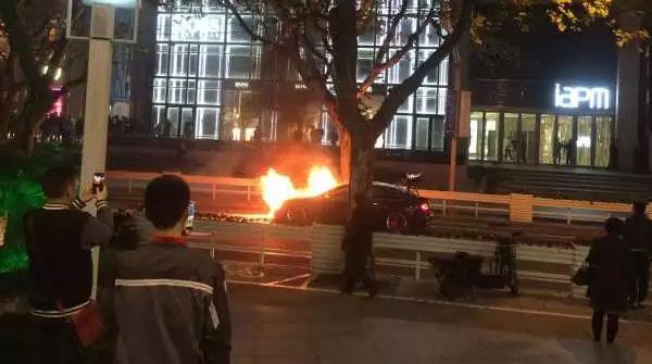上海襄阳路一紫色奥迪突发自燃 所幸无人伤亡