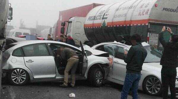 上海浦东上午因大雾发生两起多车追尾交通事故已致9死43伤