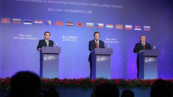 李克强与拉脱维亚总理库钦斯基斯、匈牙利总理欧尔班共同会见记者