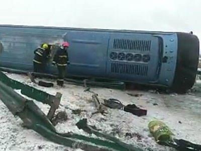 长春一载53人旅游大巴发生侧翻 致3死多人受伤