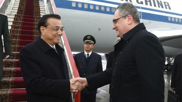 李克强抵达圣彼得堡出席中俄总理定期会晤并对俄进行正式访问