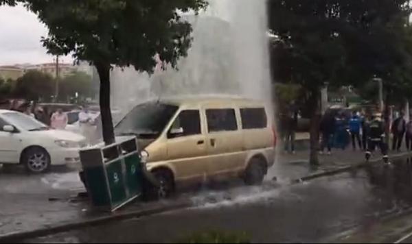 闵行江文路一面包车失控撞断消防栓 附近一度水漫金山